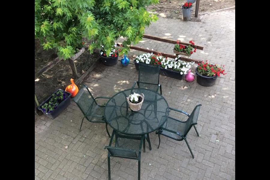 4-personen tuinset - buitenterras met fleurige bloemen