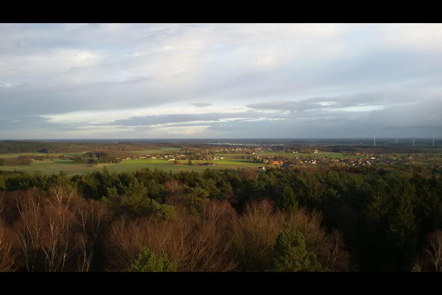 Uitzicht vanuit de uitkijktoren te Stokkum: Zoek de Waanhoeve!